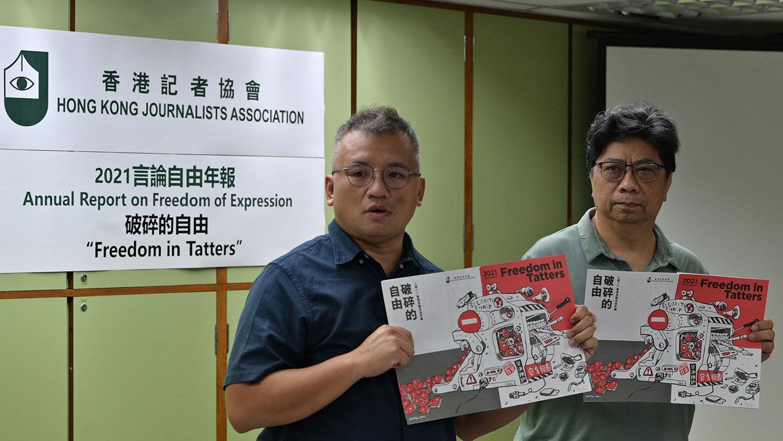 2021年7月15日,左起,记协主席陈朗升和记协前主席、年报总编辑杨健兴在香港新闻发布会上,发布《破碎的自由》的2021年度言论自由年报。(法新社)