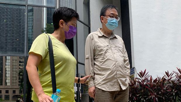 获处缓刑的张文光(右),在庭外未有回答记者提问,由民主派初选案被告之一黄碧云(左)陪同离开。(郑日尧 摄)