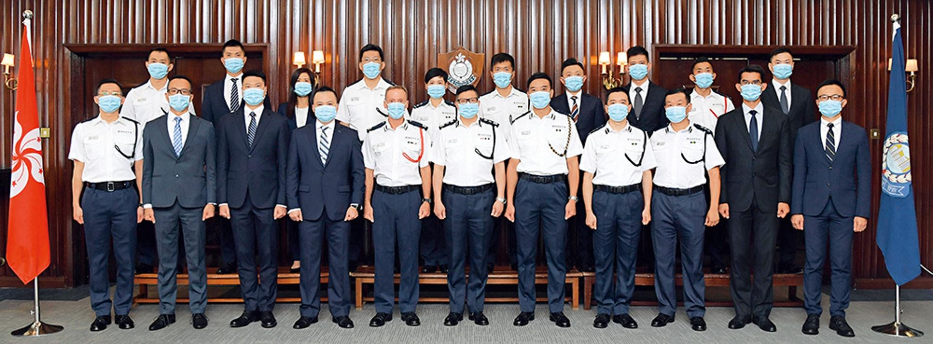 处长邓炳强(前排中)颁发晋升函件予20名人员,包括晋升为的助理处长庄定贤(前排左五)。(图/警声网)