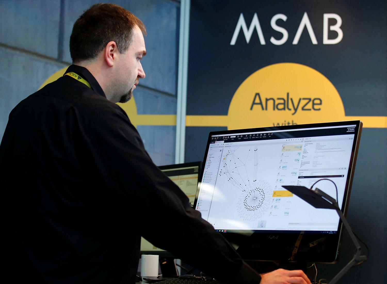 图为,2020年2月4日,德国柏林举行年度欧洲警察大会上,在MSAB的展台一名男子浏览屏幕。(路透社)