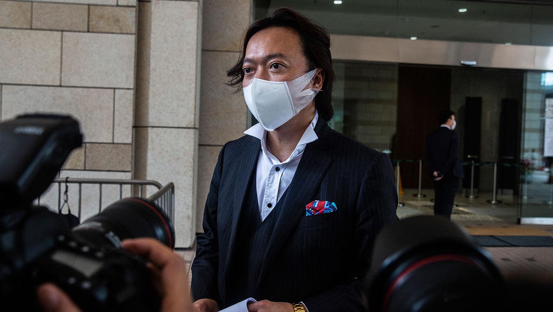 资料图片:2020年7月3日,代表唐英杰的香港大律师刘伟聪(Laurence Lau)在西九龙法院外对媒体讲话。 (法新社)