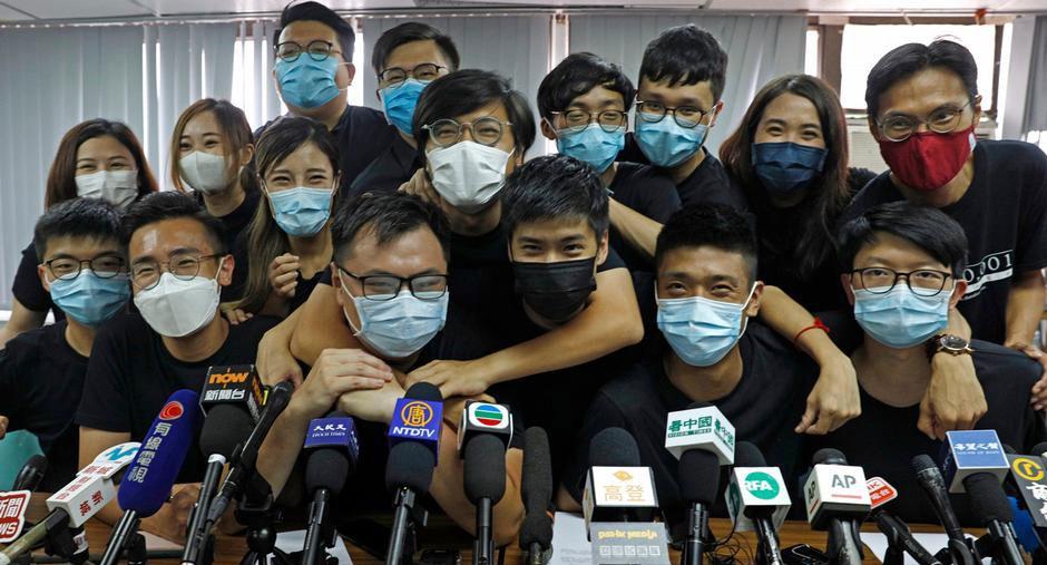 2020年7月15日,在初选中胜出的香港民主派立法会参选人出席联合记者会。(路透社)