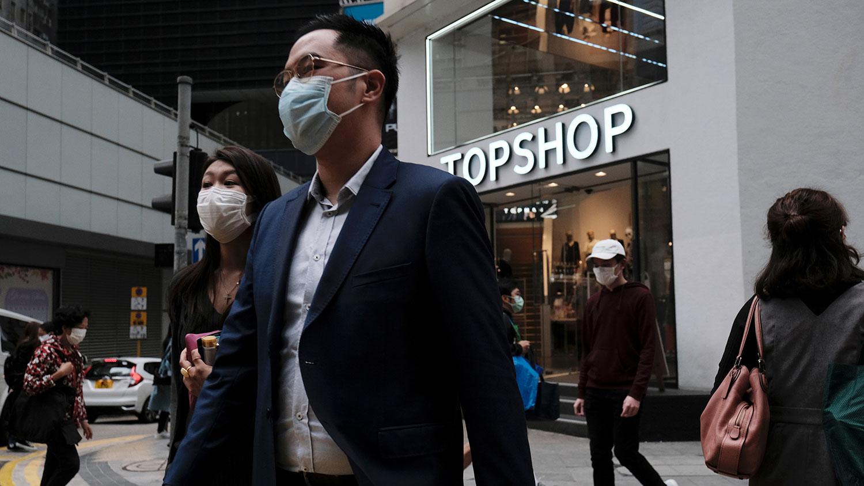 香港周一大约有3分之2公务员恢复上班。图为,2020年3月2日,中国香港爆发新的冠状病毒之后,人们在金融中心区的午餐时间休息。(路透社)
