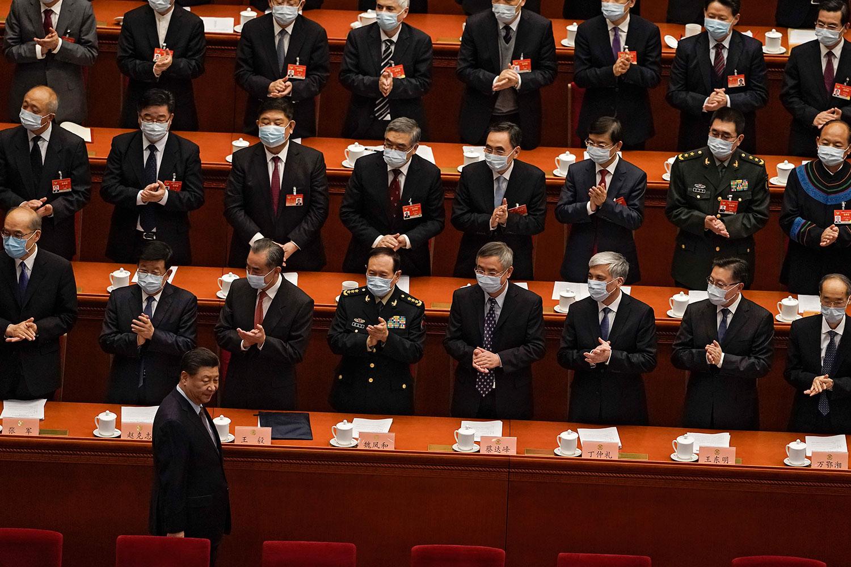 """分析认为,而转捩点,在于2019年香港反送中运动爆发后的四中全会,强调要""""牢牢掌握""""香港的全面管治权,现时北京就要全面落实。图为,2021年3月4日,习近平抵达北京人民大会堂政协会议开幕式时。 (美联社图片)"""