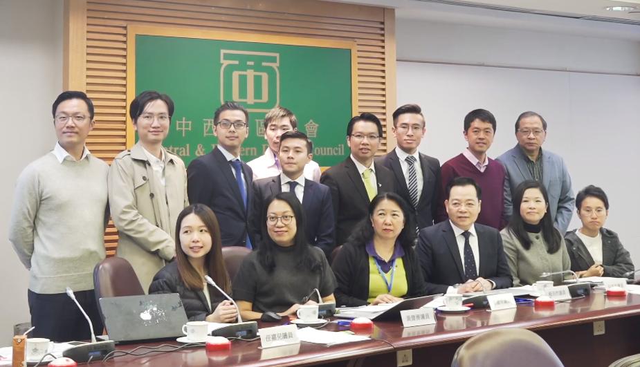 2020年1月,中西区区议会区议员合照。前排左三为,中西区区议会主席郑丽琼。(维基百科)