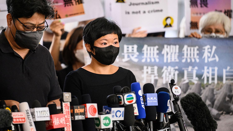 2021年4月22日,香港电台(RTHK)前编导蔡玉玲(右)在香港西九龙法院大楼向新闻界发表讲话。 (法新社)