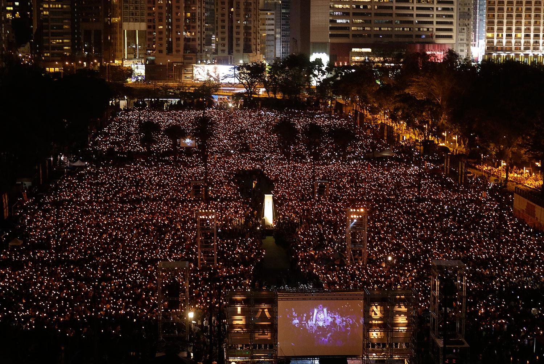 2019年6月4日,香港支联会在维多利亚公园举办悼念六四30周年烛光晚会。烛光晚会历时约2小时,支联会估算,今年的晚会有超过十八万人参与,是继2014年后再度有相同人数参与晚会。(美联社)