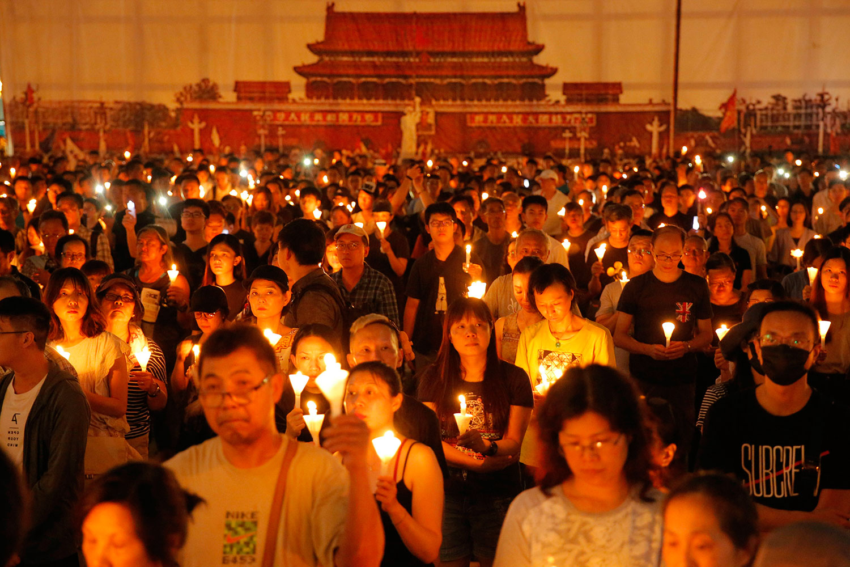 2019年6月4日,香港超过18万市民在维多利亚公园举行烛光晚会,悼念六四30周年。(美联社)