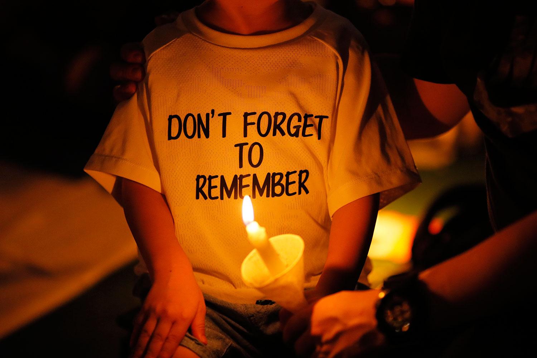 2019年6月4日,香港超过18万市民在维多利亚公园举行烛光晚会,悼念六四30周年(美联社)