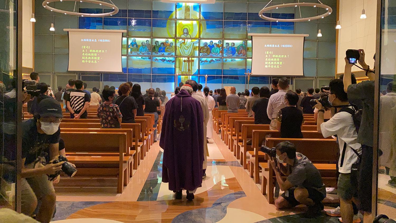在疫情限聚令下,参加弥撒的人数只可占圣堂容纳人数的三成,多家圣堂在弥撒前一小时已满座。(李智智摄)