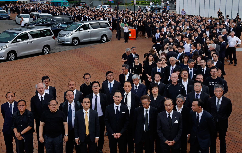 """这次游行是香港回归以后,法律界第五次的""""黑衣游行""""。(路透社)"""