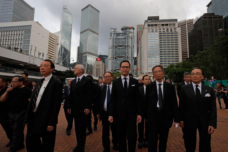 """由30位香港法律界选委和法律界立法会议员郭荣铿发起的法律界静默""""黑衣游行"""",6月6日六点举行。(美联社)"""