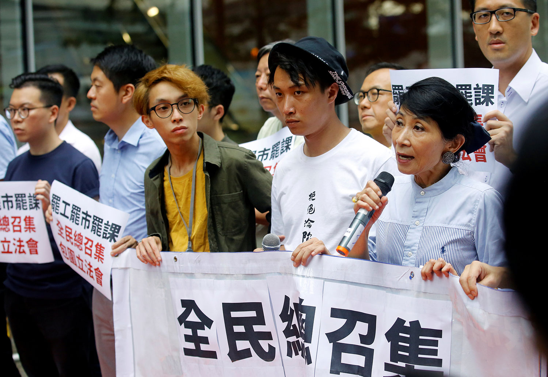 """""""送中""""条例通过在即,民间发起""""三罢"""" 号召包围立法会。2019年6月11日,民主派立法委员毛孟静在香港立法会大楼外抗议期间发表讲话。(路透社)"""