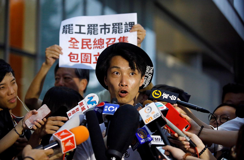 """""""送中""""条例通过在即,民间发起""""三罢"""" 号召包围立法会。2019年6月11日,香港民间人权阵线召集人,抗议组织者岑子杰在香港立法会大楼外对媒体发话。(路透社)"""