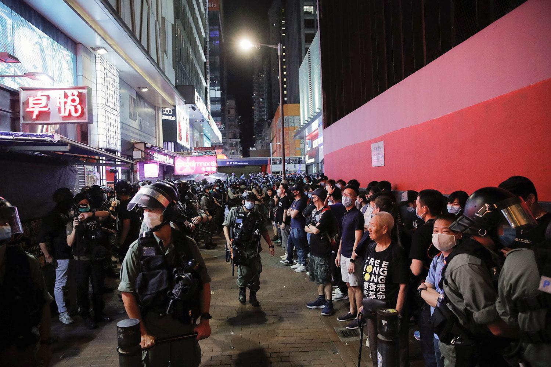 2020年6月12日,香港旺角抗议活动中,支持民主的抗议者与防暴警察与对峙。(美联社)