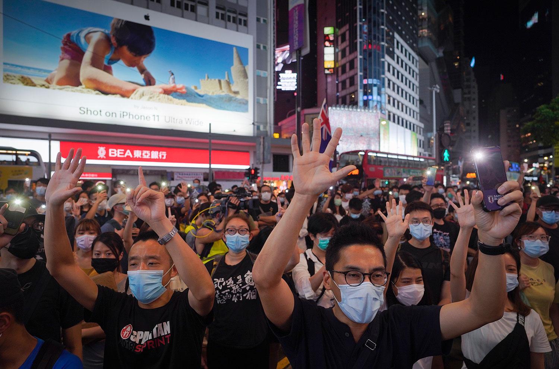 2020年6月12日,香港铜锣湾支持民主的抗议者。(美联社)