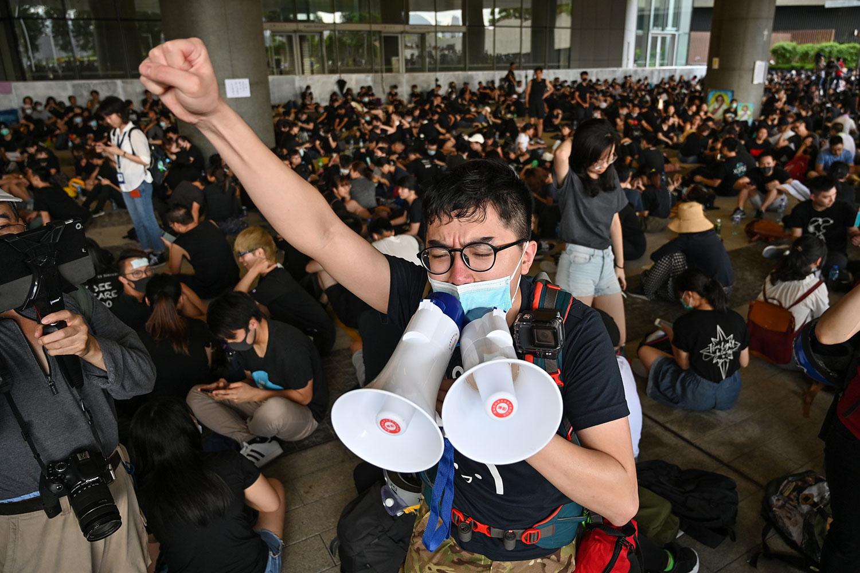 2019年6月21日,抗议者聚集在香港政府总部外,要求香港领导人下台,撤回引渡法案。(法新社)