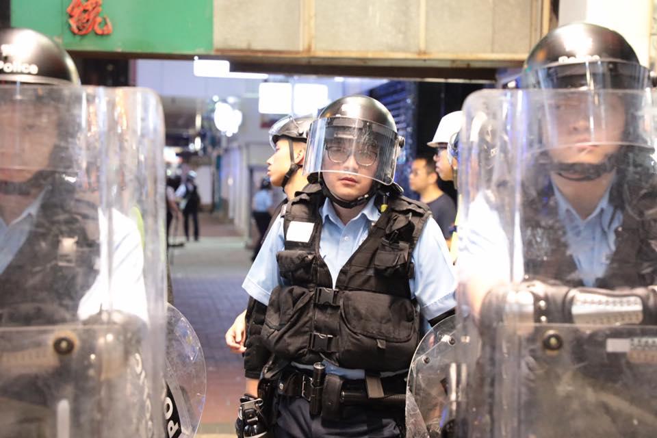 旺角清场期间,多名军装警员身穿的背心,原本应该展示警员委任证或警员编号的位置,只有一张空空如也的纸片。(Public Domain)