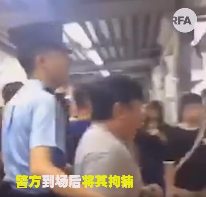 警方到现场之后将改名男子拘捕。(视频截图)