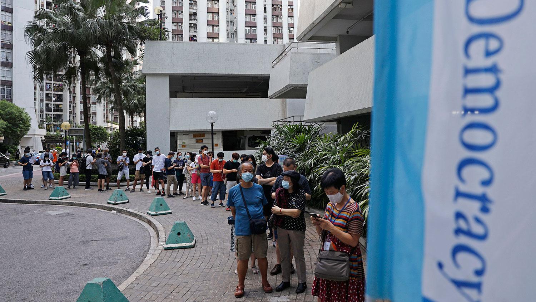 香港民主派周末一连两天举行立法会初选,民主派支持者反应踊跃,超过61万人无惧国安法参与初选投票。(AP)