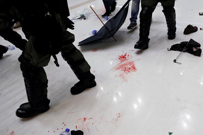 """2019年7月14日,沙田区的""""反送中""""大游行后,抗议者在一商场内与防暴警察发生冲突后,地板上的血迹。(路透社)"""