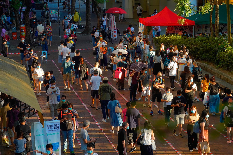 22名现任民主派立法会议员周五中午发表联合声明,反对政府押后9月立法会选举。图为,2020年7月12日,香港民主派举行立法会初选,民主派支持者反应踊跃,超过61万人无惧国安法参与初选投票。(AP)