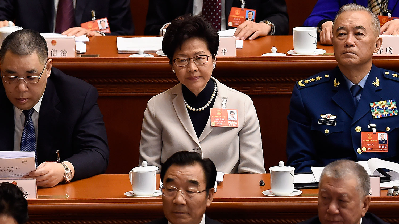 2018年3月5日,香港行政长官林郑月娥(中)在北京人民大会堂出席人大会开幕式。(AFP)