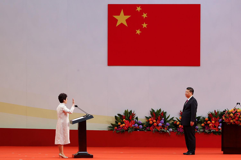 2017年7月1日 ,香港第5任特首林正月娥宣誓就职习近平监誓。(路透社)