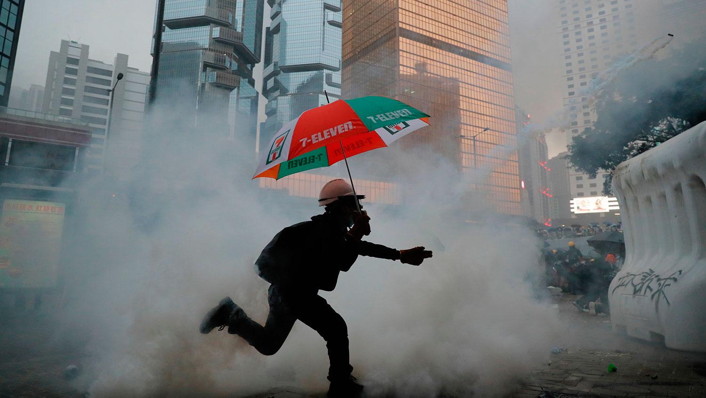 2019年8月31日,一名示威者在催泪弹的烟雾中。(美联社)