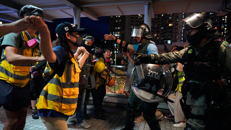 2019年9月1日,香港反送中示威活动中,在香港机场附近的示威者阻止警察逮捕。(美联社)