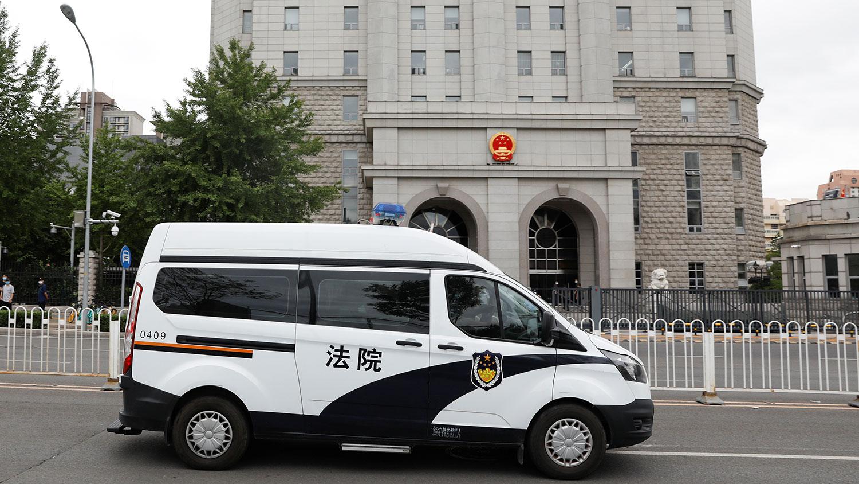 警车载着任志强离开北京第二中级人民法院。(路透社)