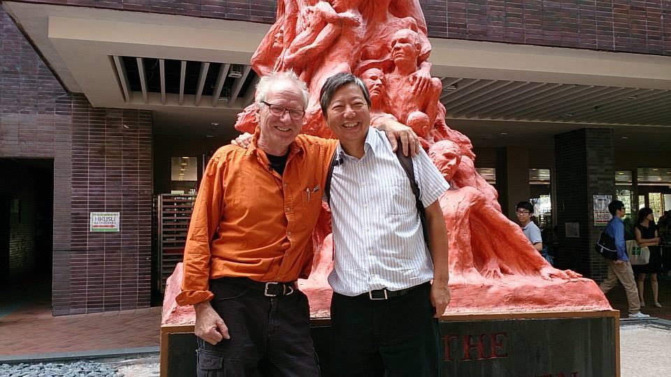 高志活2013年赴港亲自统筹雕像的维修工作,与香港支联会成员李卓人合影,然而李卓人等支联会核心人物,目前都已陷狱。 (高志活提供)