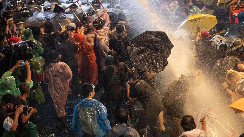 2020年10月16日,民主示威者面对水炮,因为警察试图将其驱离在泰国曼谷的抗议场所。(AP)
