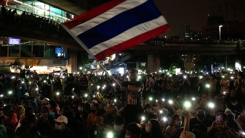 2020年10月18日,在泰国曼谷举行的反政府示威活动中,亲民主示威者挥舞着泰国国旗,其他人则在照亮他们的手机灯。(AP)
