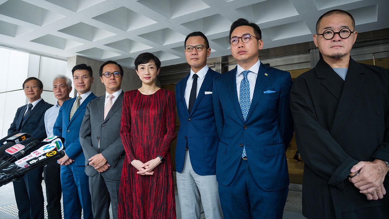 2019年10月31日,民主派立法会议员在香港高等法院外。(法新社)