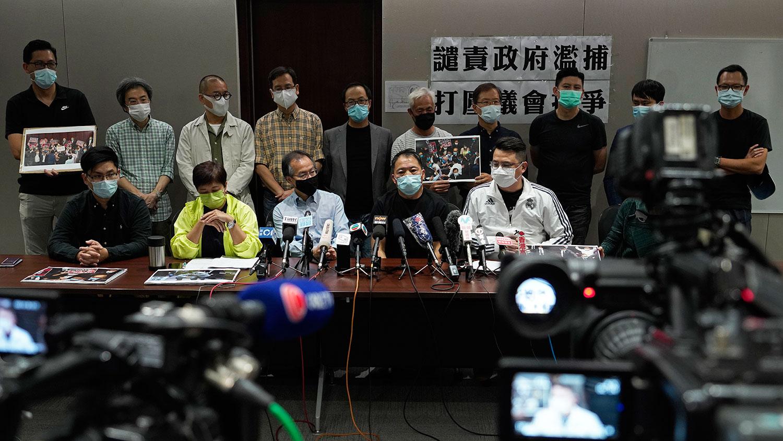 2020年11月1日,香港议员尹兆坚与其他泛民主主义立法者出席新闻发布会。(AP)