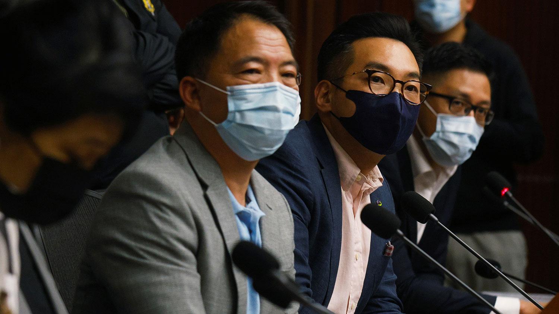 2020年11月9日,民主派议员召开记者会,民主党主席胡志伟(左二)表示,自十月新会期开始后,民主派一直尽力兑现对港人承诺,制衡和监察港府。(路透社图片)