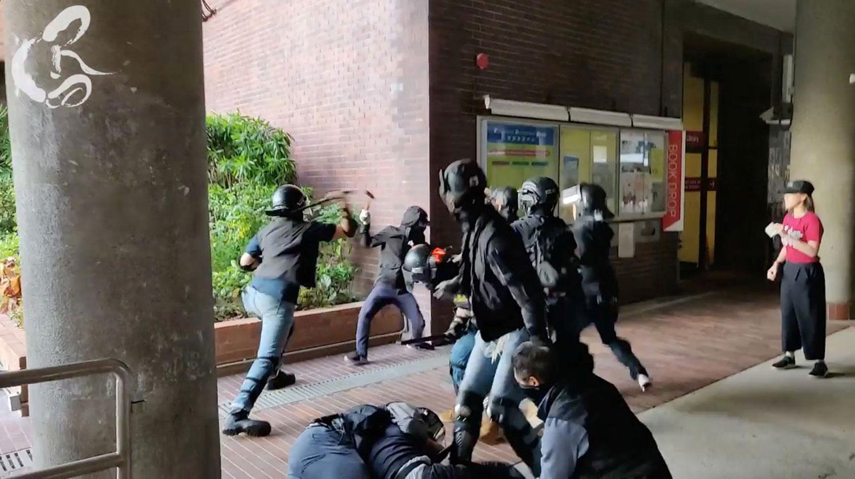 2019年11月11日,防暴警察攻入香港理工大学校园内,抓捕示威者。(路透社)