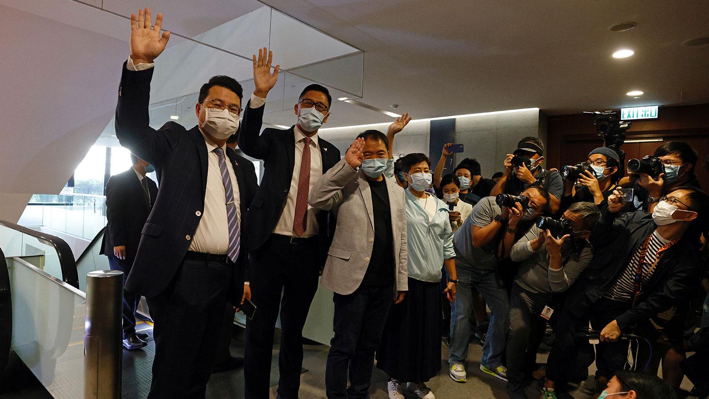 2020年11月12日,香港四名民主派议员提交辞呈后向媒体挥手致意。(路透社图片)