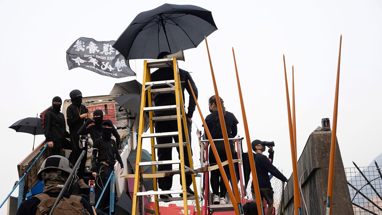 2019年11月13日,香港中文大学的学生在路障桥上的升高平台。(美联社)