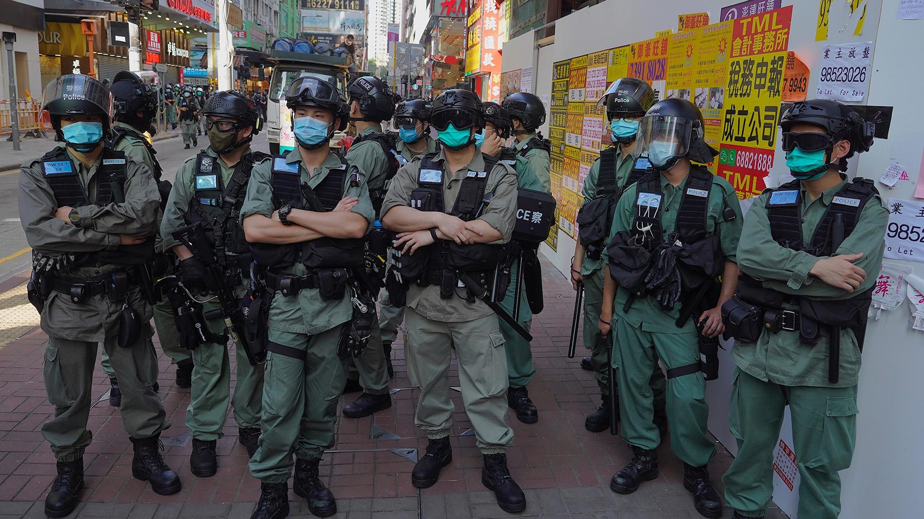 2020年6月28日,香港警察与抗议者对峙。(美联社)
