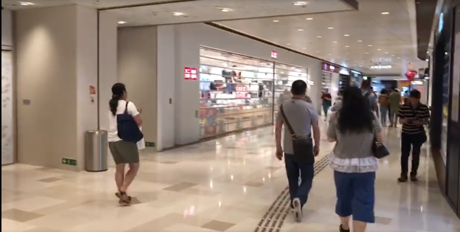 网上传言指新界会再有袭击事件,屯门地铁站上盖大型商场,八成商户都关门不做生意。(吕熙摄,2019年7月22日)