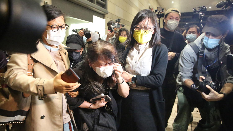 其中一名被告吕智恒的养母,当知道原本获准保释的养子要继续还柙后,情绪激动。 (张展豪摄)