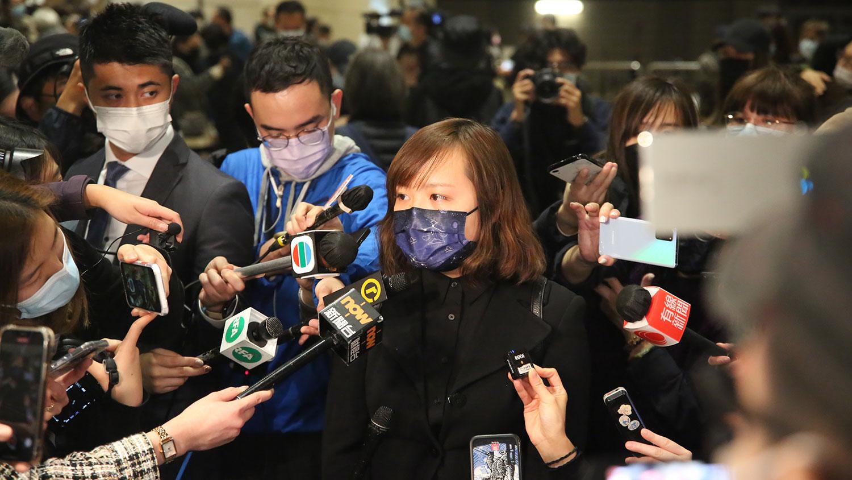 """其中一名不获批保释的被告刘頴匡,其女友Emilia在庭审后表示,各被告已承诺接受严苛的保释条件,几乎相等于""""社会性死亡"""",但法庭仍不批准保释,质疑政权害怕的是什么。 (张展豪摄)"""