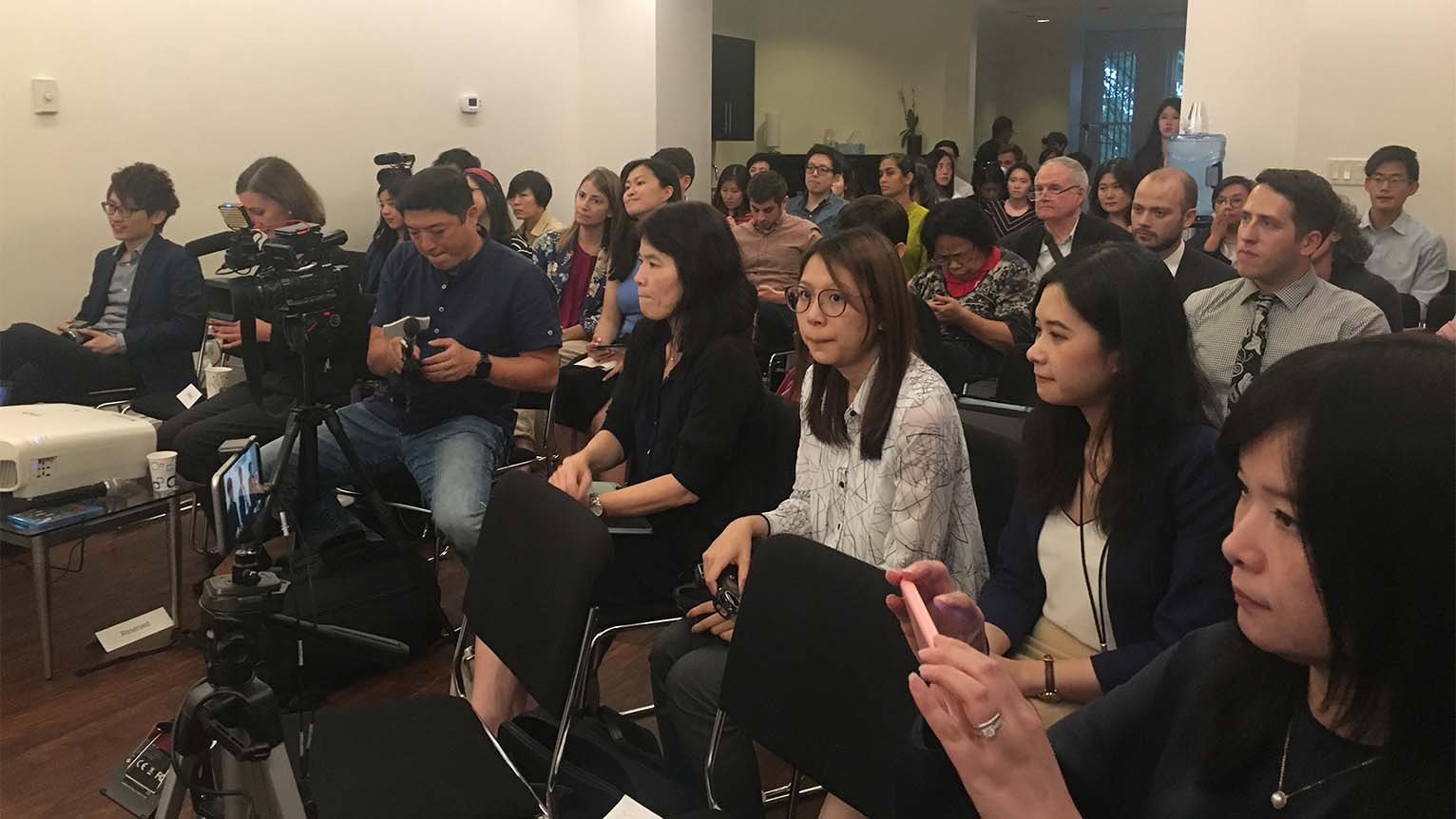 """2019年9月19日,华盛顿""""全球台湾研究所""""举办《分域大道》纪录片放映会,逾一百人参会,向""""香港众志""""秘书长黄之锋,独立歌手何韵诗提问。(薛小山摄影)"""