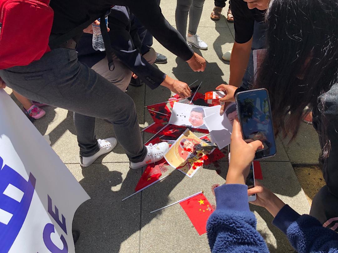"""支持港人""""反送中""""的旧金山华人中领馆前脚踏五星红旗和习近平像(CK摄)"""