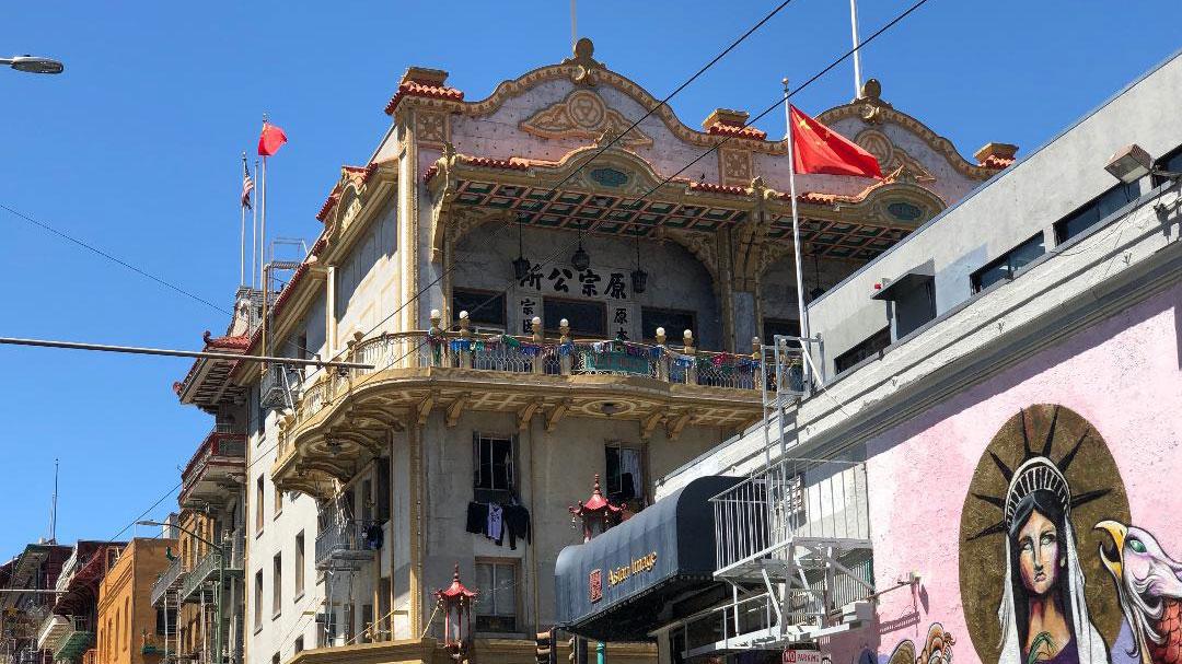 在旧金山华埠任何地方抬头张望几乎都可以看到五星红旗(CK摄)