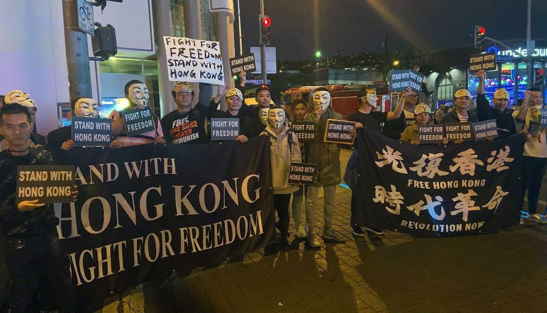 洛杉矶华人在好莱坞星光大道和圣塔莫尼卡海边蒙面游行支持港人(郑存柱提供)