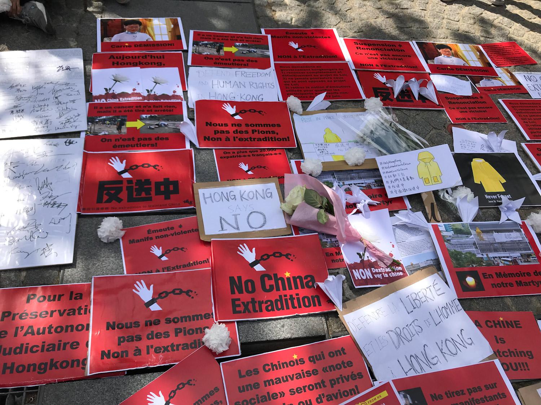 """2019年6月16日,在巴黎的香港侨民也共襄盛举,齐聚蓬皮杜中心广场,要求港府完全撤回《逃犯条例》。集会中,也举行悼念仪式,为因""""反送中""""而坠楼逝世的同路人默哀,表达侨民们对他的敬意与哀伤。(记者蔡凌)"""