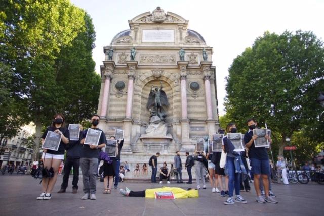 法国的香港侨民七月一号晚上在巴黎圣米歇尔广场进行快闪行动。(蔡凌摄影)